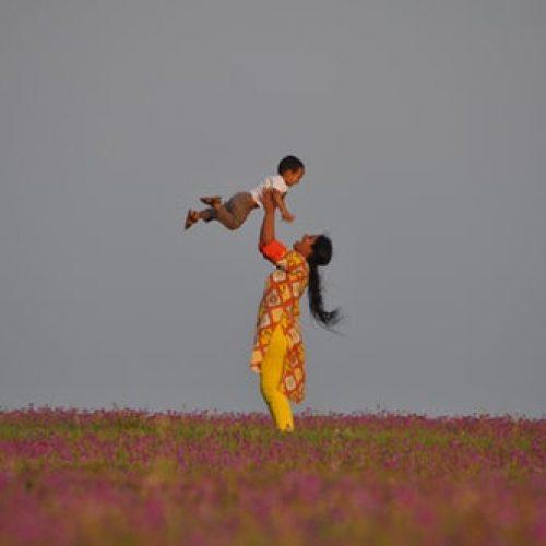 maman avec son enfant les couleurs de la joie