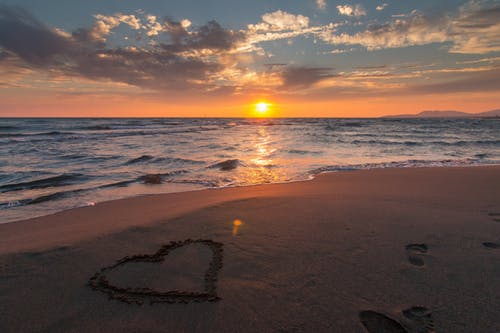 coeur sur la plage
