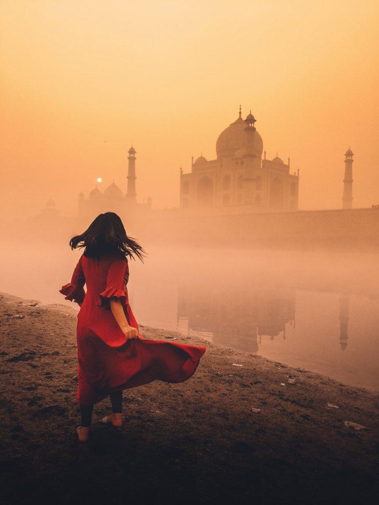 enfant robe rouge qui danse