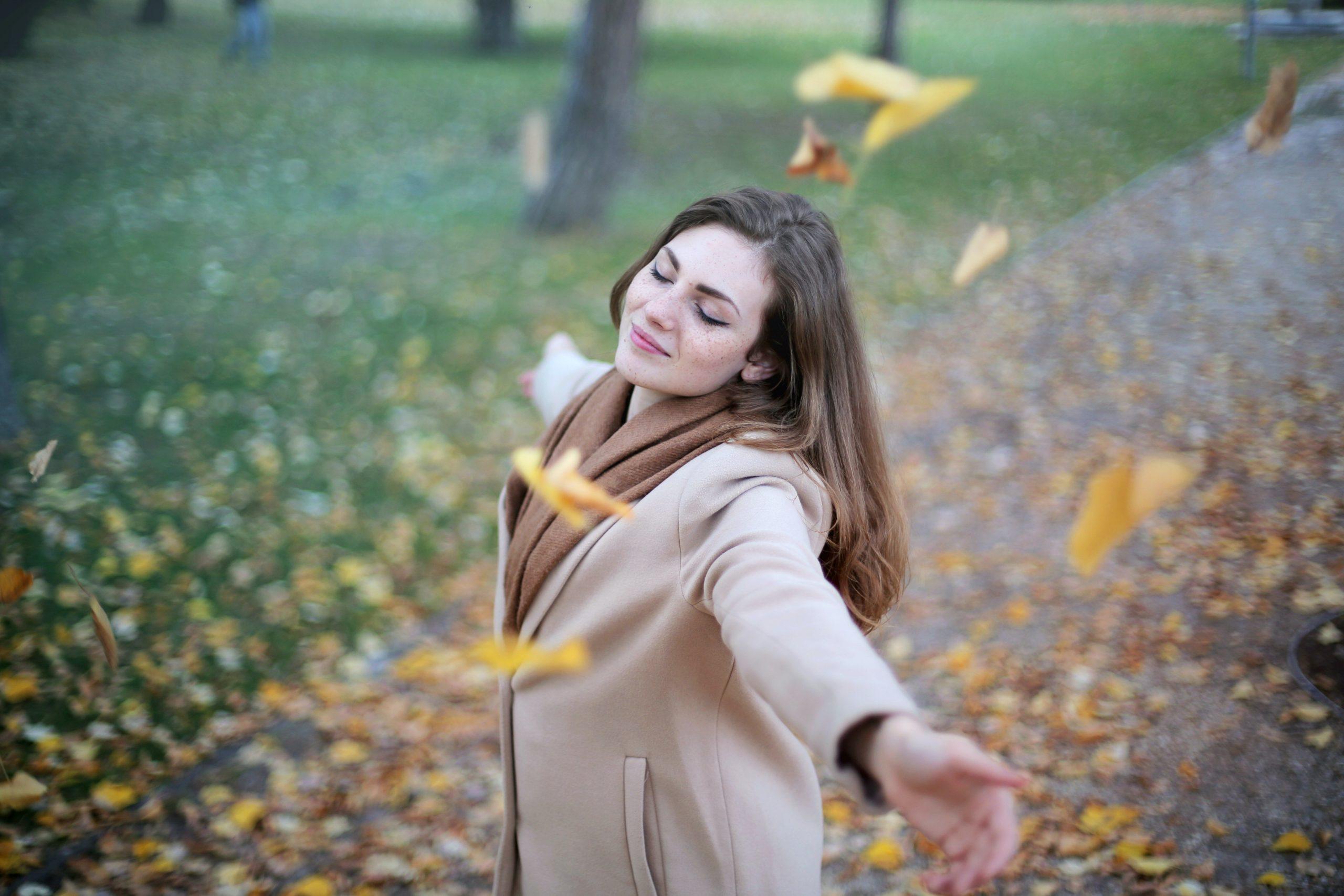 femme qui danse automne