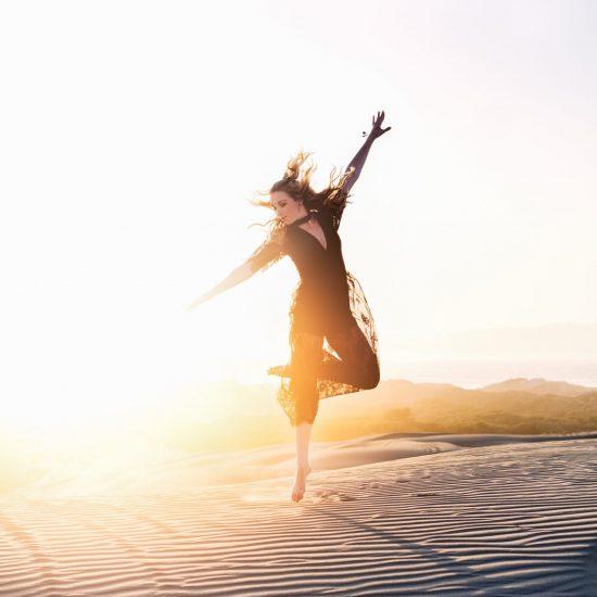 femme qui danse les couleurs de la joie